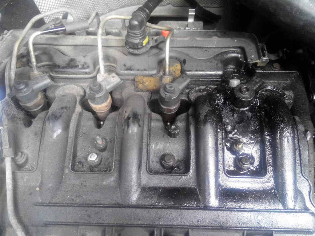 Renault master 2.5. Tömítőalatét a porlasztócsúcs alatt kiégett. Vastag korom réteg rakódott a szelepfedélre.